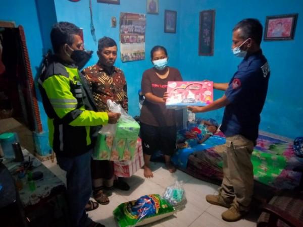 Polres Blitar menyerahkan bantuan susu dan sembako kepada pelaku pencurian yang dibebaskan.(Foto : Humas Polres Blitar)