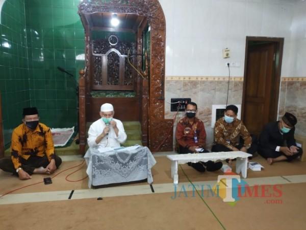 Prof Bisri, Ketua Takmir Masjid Al-Fattah Ali (baju putih)(Anggara Sudiongko/MalangTIMES)