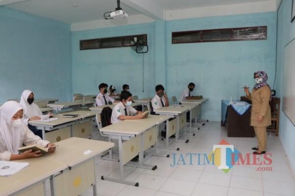 Proses PTM di salah satu sekolah Kota Batu. (Foto: Irsya Richa/MalangTIMES)