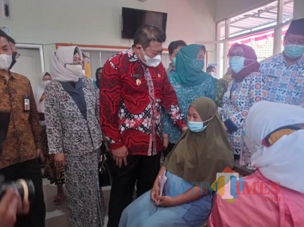 Wakil Bupati Malang Didik Gatot Subroto saat menyapa ibu hamil yang akan disuntik vaksin (foto: Hendra Saputra/MalangTIMES)