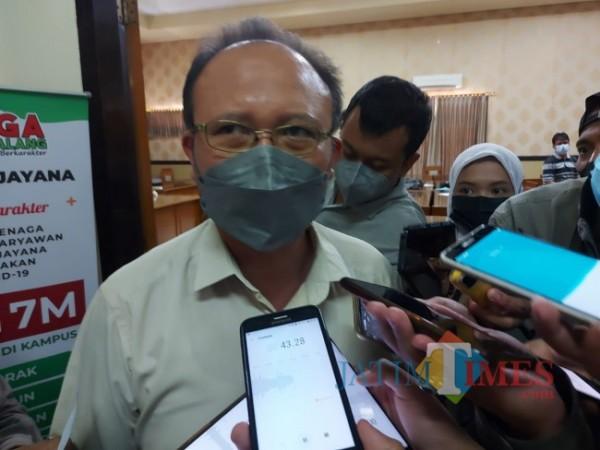 Wakil Rektor I Bidang Akademik Drs Gunadi MSc PhD saat ditemui awak media di Gedung Pascasarjana Universitas Gajayana Malang, Jumat (10/9/2021). (Foto: Tubagus Achmad/JATIMTIMES)