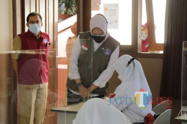 Wali Kota Batu Dewanti Rumpoko saat meninjau PTM yang digelar salah satu sekolah di Kota Batu. (Foto: Irsya Richa/MalangTIMES)