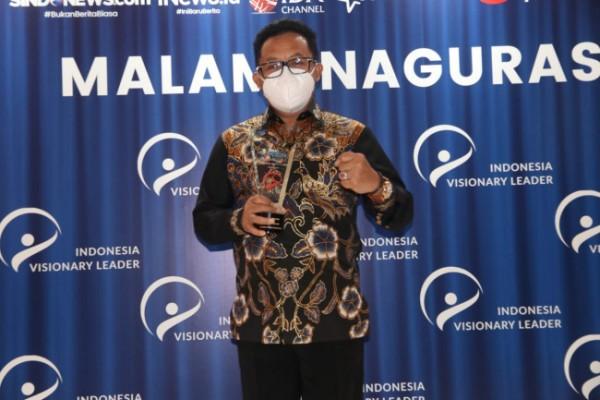 Wali Kota Malang Drs Sutiaji membawa piala penghargaan leader in smart governance (foto: Humas Pemkot Malang for MalangTIMES)