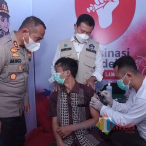 Polres Lamongan Gelar Vaksinasi Merdeka di Pelayanan Samsat