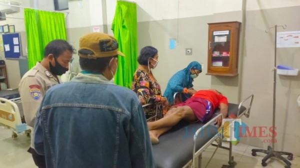 Korban sekaligus pelaku saat mendapatkan perawatan di Puskesmas Kencong. (foto : Ulum for Jember TIMES)