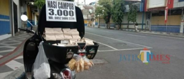Nasi bungkus milik Dedy seharga Rp 3.000 ( Foto : Asmadi / JatimeTIMES )