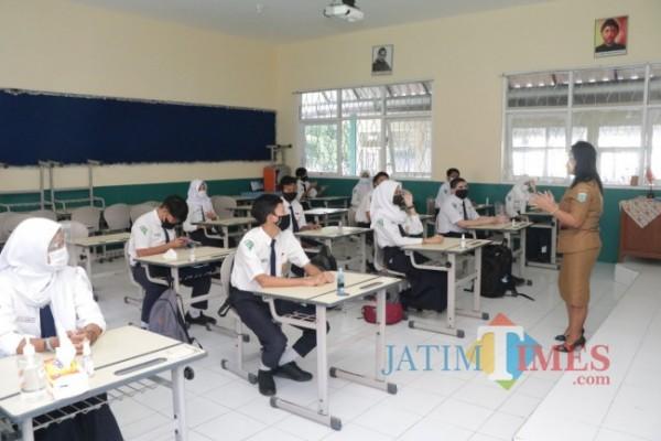 PTM yang dilaksanakan di salah satu sekolah di Kota Batu. (Foto: Irsya Richa/ MalangTIMES)
