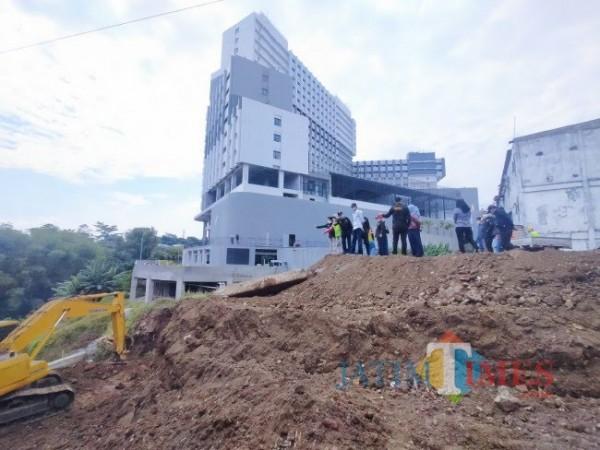 Suasana saat DPUPRPKP Kota Malang bersama Komisi C Kota Malang melakukan kunjungan ke lokasi pembangunan jembatan Tlogomas (doc MALANGTIMES)