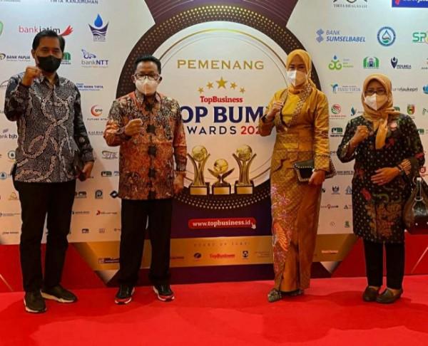 Wali Kota Malang Sutiaji (dua dari kiri) bersama Direktur Utama Perumda Air Minum Tugu Tirta Kota Malang saat hadir dalam Top BUMD Awards 2021 di Jakarta, Jumat (10/9/2021). (Foto: Humas Perumda Air Minum Tugu Tirta Kota Malang)