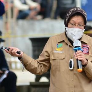Ikut Berlari di Tengah Hujan, Menteri Risma Ikut Simulasi Kebencanaan