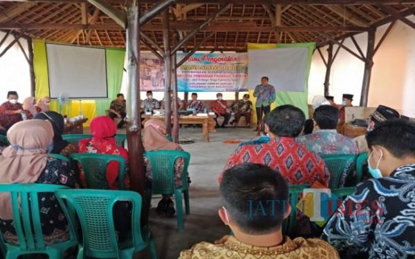 Para petani Desa Banjarsari saat mengikuti masa pengenalan mahasiswa baru. (Foto: Adi Rosul / JombangTIMES)