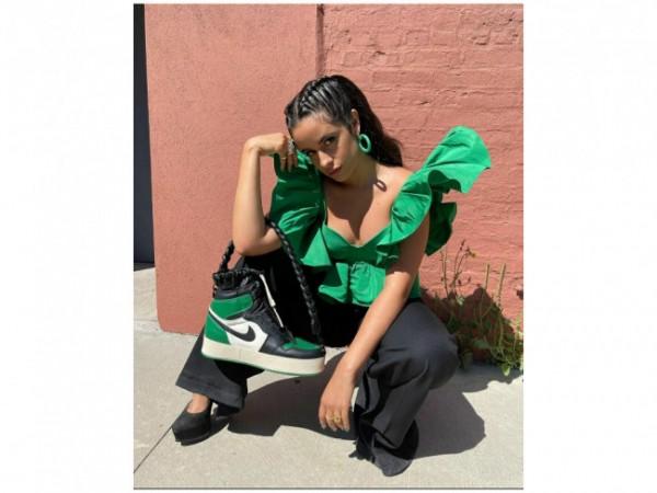 Penampilan Camila Cabello bawa tas tangan Nike Air Jordan 1 Retro. (Foto: Instagram @camila_cabello).