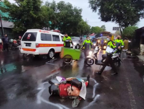 Petugas Unit Laka Lantas Polresta Malang Kota saat melakukan olah TKP (Tempat Kejadian Perkara) di Jalan Raya Gadang, Kota Malang, Minggu (12/9/2021). (Foto: Unit Laka Lantas Polresta Malang Kota)