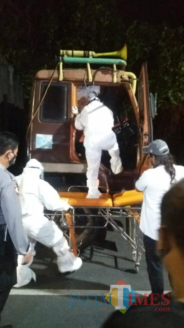 Tim dari Polres Madiun saat melakukan evakuasi sopir truk (foto: Dodik Eko P/ JatimTIMES).