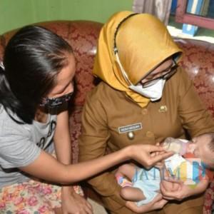 Kunjungi Bayi Penderita Palatosis, Bunda Indah Pastikan Dapat Jaminan Kesehatan