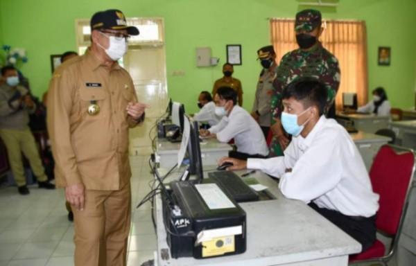 Bupati Tulungagung Maryoto Birowo meninjau pelaksanaan tes PPPK. Senin, 13/9/2021. (Foto: Dok. Humas Pemkab.)