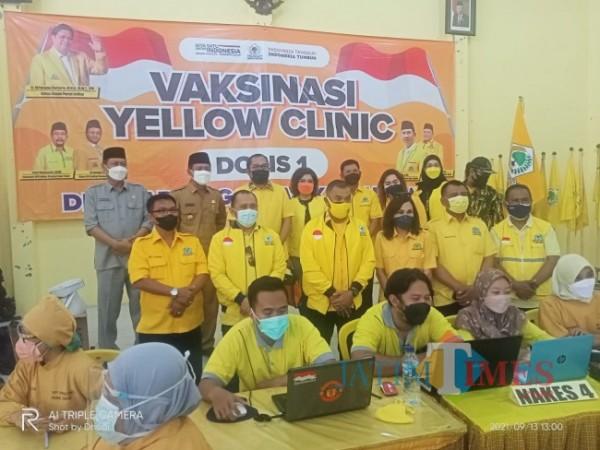 Dewan pengurus daerah (DPD) dan Yellow Clinic Partai Golkar Kabupaten Ngawi, menggelar vaksinasi massal Covid-19 dosis pertama untuk masyarakat di kantor sekretariat DPD Golkar Kabupaten Ngawi. Foto Satria Romadhoni for jatimTIMES