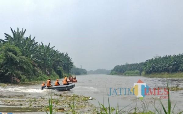 Dua perahu karet tim SAR saat sedang melakukan manuver di permukaan Sungai Brantas titik lokasi korban tenggelam. (Foto : Adi Rosul / JombangTIMES)