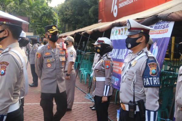 Kapolres Malang AKBP Bagoes Wibisono (kiri) saat memantau anggotanya. (foto: Humas Polres Malang for MalangTIMES)