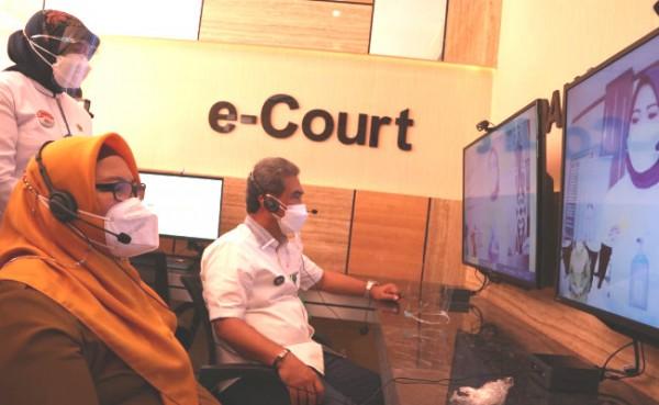 Ketua Pengadilan Tinggi Surabaya, Herri Swantoro bersama Wabup Gresik, Bu Min dan Ketua PN Gresik Wiwin Arodawanti melakukan simulasi pelayanan di ruang Anjungan, Senin (13/9/2021). (Foto: Syaifuddin Anam/ GresikTimes).