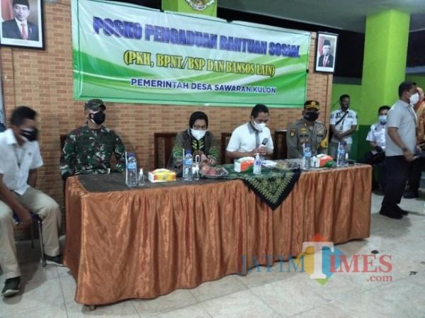 Menteri Sosial Tri Rismaharini ketika berada di Sawaran Lor Lumajang (Foto : Moch. R. Abdul Fatah / JatimTIMES)