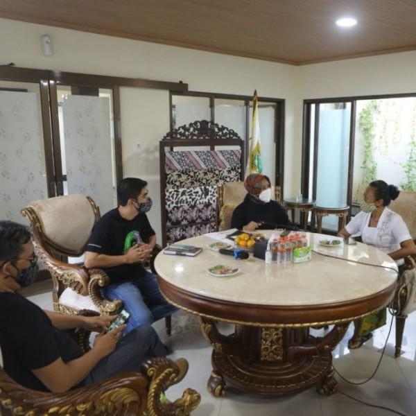 Niluh Djelantik dan Sugi Lanus saat berdiskusi bersama wali kota Mojokerto.