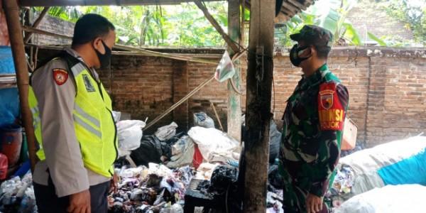 Polisi dibantu Babinsa melakukan olah TKP di lokasi kebakaran.(Foto : Humas Polres Blitar)