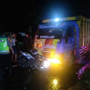 Motor Hantam Truk, Dua Pemuda Blitar Tewas di Jalan