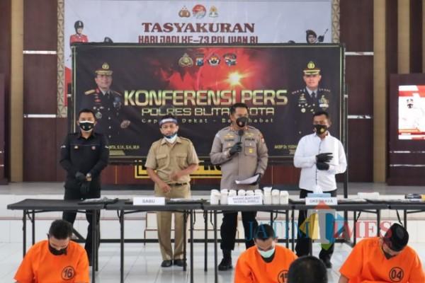 Polres Blitar Kota mengamankan 11 tersangka kasus narkoba.(Foto : Team JATIMTIMES)
