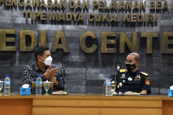 Wali Kota Kediri Abdullah Abu Bakar (kiri) memaparkan Prospek UMKM Kota Kediri. (Foto:Humas Pemkot)