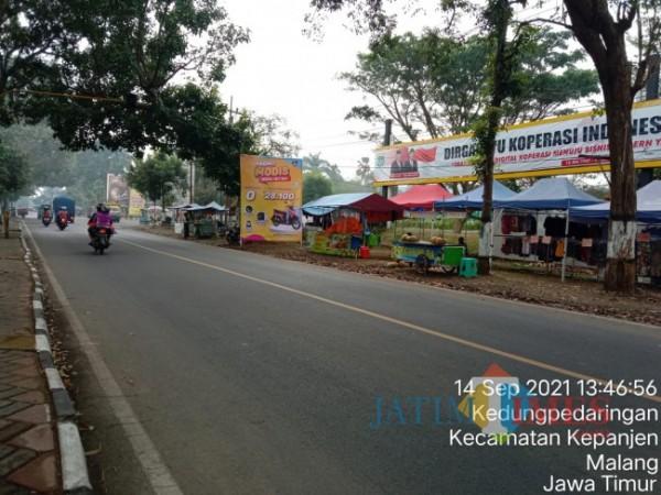 Area depan Stadion Kanjuruhan yang banyak ditempati PKL.(Foto: Riski Wijaya/MalangTIMES).