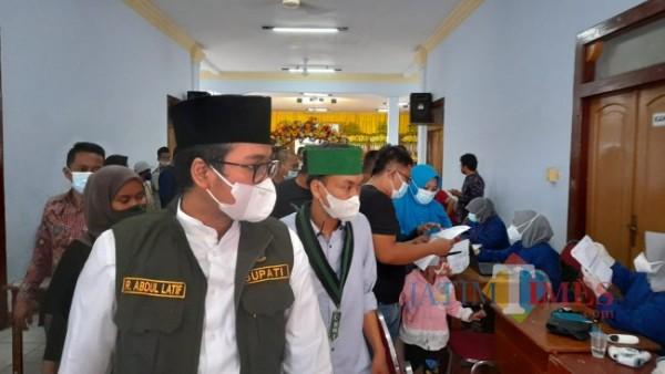 Bupati Bangkalan, saat tinjau vaksimasi massal di gedung serbaguna Mrdeka Bangkalan (Foto: Imam/JatimTIMES)