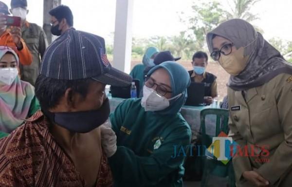 Bupati Blitar Rini Syarifah meninjau pelaksanaan vaksinasi di Kecamatan Panggungrejo.(Foto : Team JATIMTIMES)