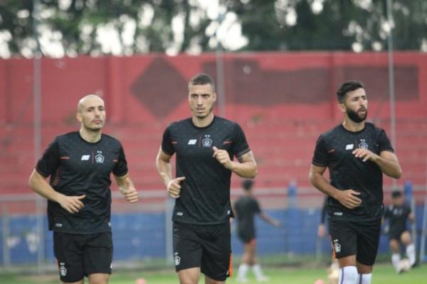 Dua pemain asing Persik Kediri saat berlatih di stadion Brawijaya. (ist)