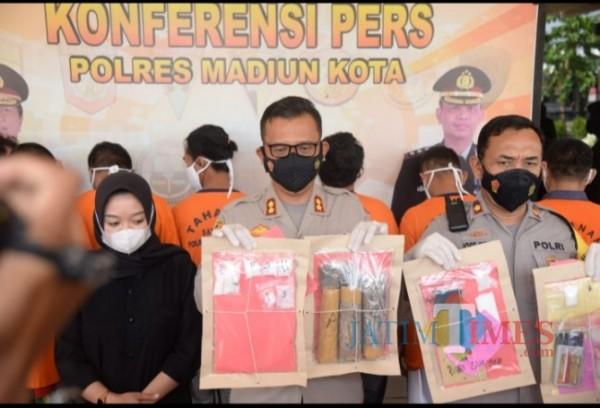 Kapolres Madiun Kota AKBP Dewa Putu Eka Darmawan didampingi Kasat Reskrim, Kasat Narkoba serta Kasi Humas saat melakukan konferensi Pers