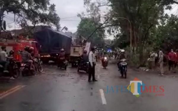 Kemacetan akibat pohon tumbang di wilayah Kedungwaru / Foto : Istimewa / Tulungagung TIMES