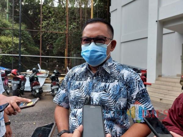 Kepala Badan Pendapatan Daerah (Bapenda) Kota Malang Handi Priyanto saat ditemui awak media di halaman Mini Block Office, Senin (13/9/2021). (Foto: Tubagus Achmad/JatimTIMES)