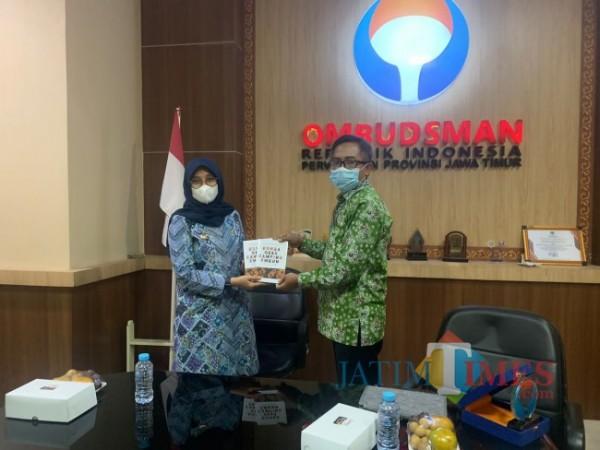 Kepala Perwakilan Ombudsman RI Jawa Timur Agus Muttaqin menerima berkas dari Bupati Banyuwangi (Istimewa)