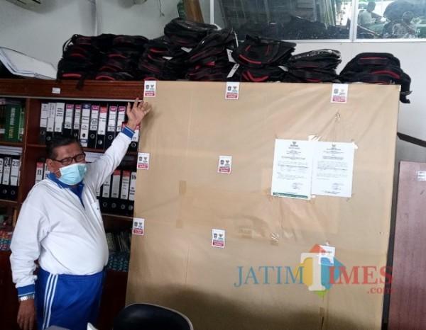 Moh. Khoyum menunjukkan sebagian tumpukan tas sekolah (foto: Teguh Eko Januari / Jatim Times