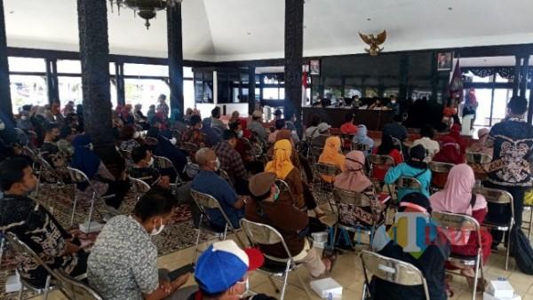 Pendamping PKH dan pengelola e-warung se-Kabupaten Lumajang saat dikumpulkan di Pendapa Arya Wiraraja (foto: Teguh Eko Januari / JATIMTIMES )