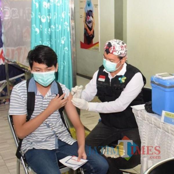 Proses vaksinasi ke pelajar diatas 12 tahun (foto: Prokopim Lamongan for JatimTIMES)