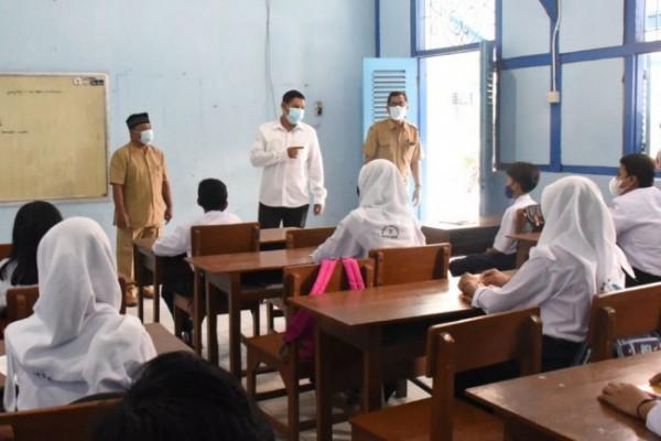 Wali Kota Kediri Abdullah Abu Bakar meninjau sekolah tatap muka. (ist)