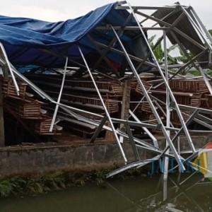 Hanya 5 Menit, Hujan Disertai Angin Kencang Porak-porandakan Puluhan Bangunan di Desa Jugo Blitar