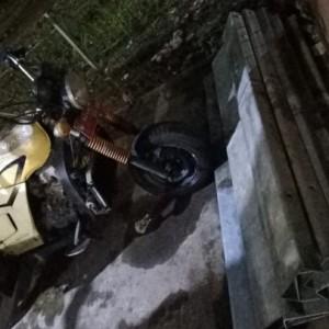 Pengendara Motor Plat Merah Curi Besi Pembatas Jalan di Jombang