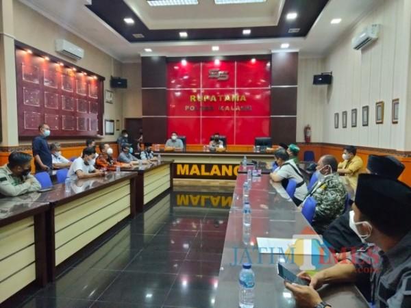 Belasan ormas di Kabupaten Malang saat audiensi dengan Kapolres Malang AKBP R. Bagoes Wibisono di Ruang Rupatama Mapolres Malang.(Foto: Riski Wijaya/MalangTIMES).
