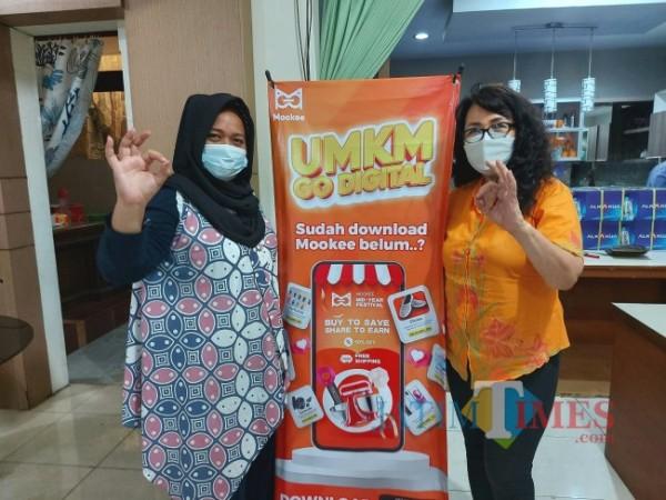 CEO PT ARL Mookee Putri Sisilia Natasha (kiri) bersama Direktur PT ARL Mookee Malang Lina Ikadara Ramli seusai merilis aplikasi Mookee di Kota Malang, Rabu (15/9/2021). (Foto: Tubagus Achmad/JatimTIMES)