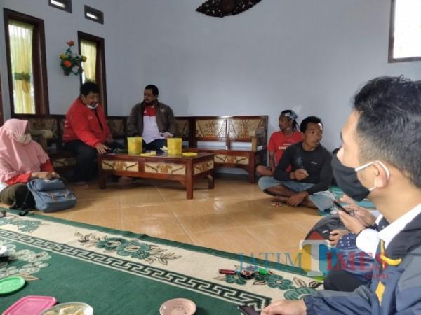 Korkab PKH Kabupaten Malang Achmad Sjaichu bersama Ketua DPD LIRA Malang Raya saat menggali keterangan kepada sejumlah KPM di Desa Simojayan.(Foto: Riski Wijaya/MalangTIMES).