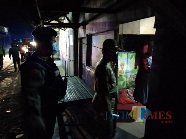 Operasi yang dilakukan Satpol PP di bangunan liar yang ada di Gondanglegi Kulon.(Foto: Riski Wijaya/MalangTIMES).