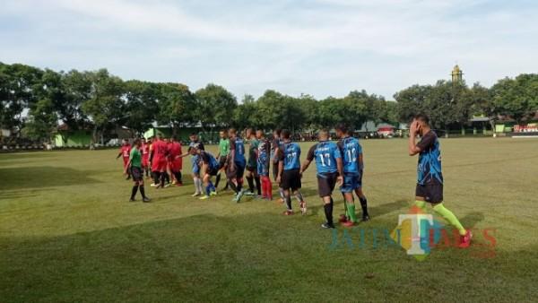 Persiapan pertandingan sepak bola dalam rsngka peringsti HUT Yonif Raider 509 ke 74 (foto : Pasiintel for Jember TIMES)