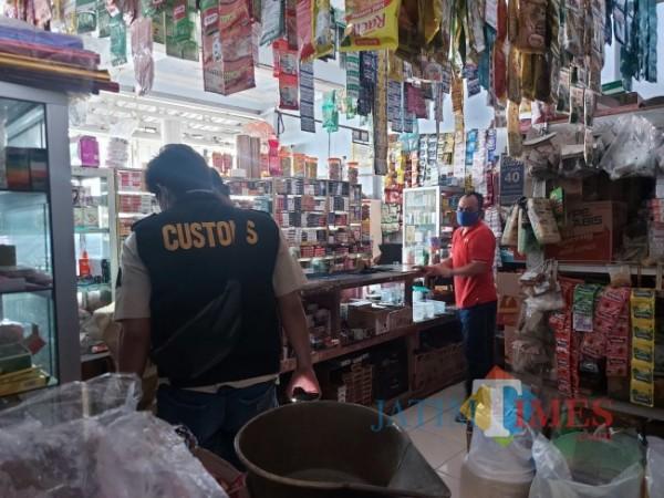 Petugas Bea dan Cukai Malang saat melakukan pemeriksaan di salah satu kios yang berada di Jalan KH Malik, Kecamatan Kedungkandang, Kota Malang, Rabu (15/9/2021). (Foto: Tubagus Achmad/JatimTIMES)